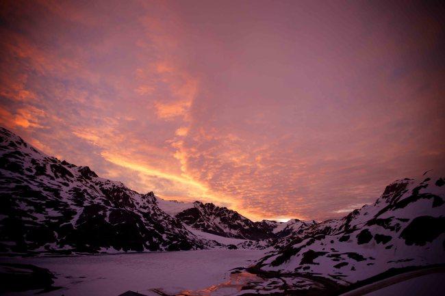 Le soleil se couche au-dessus du Brucejack Lake (Crédit : Canada Wild)