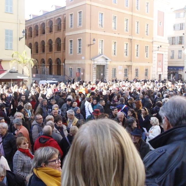Environ 500 personnes se sont réunis pour soutenir l'agriculteur. De nombreux journalistes ont fait le déplacement pour suivre ce procès. (crédit Maxime Bonnet)