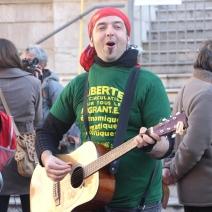 La place du Palais résonnait des chants de soutiens à Cédric Herrou. De nombreux journalistes ont fait le déplacement pour suivre ce procès. (crédit Maxime Bonnet)