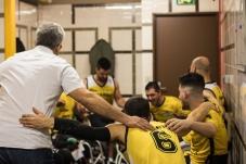 La rencontre contre le club de Lannion va commencer, après le discours de l'entraîneur, l'équipe se motive dans les vestiaires.
