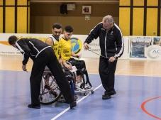 Les arbitres mesurent les fauteuils roulants des joueurs qui doivent respecter une certaine dimension.