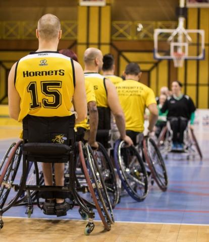 Les joueurs des deux équipes se saluent avant le début du match.