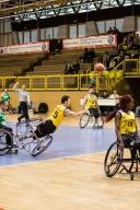 Les chocs sont parfois violent et il n'est pas rare de voir les joueurs tomber avec leur fauteuil. Alexis Ramonet fait preuve d'abnégation pour délivrer une magnifique passe à un partenaire.