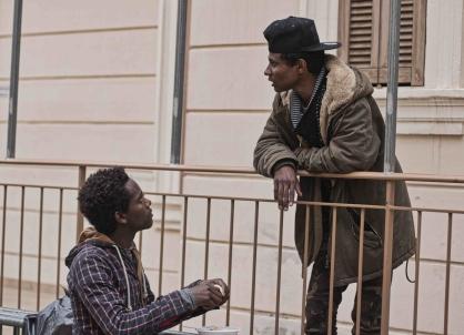Deux migrants qui discutent, l'association est aussi un lieu d'échange. (Crédit photo : Gaspard Flamand)