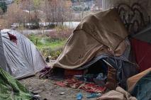 Des abris de fortune, faits avec des draps et des bâches, protègent les migrants du vent et de la pluie. (Crédit photo : Gaspard Flamand)