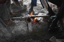 Massés autour d'un feu de camp, les migrants se réchauffent et discutent. (Crédit photo : Gaspard Flamand)
