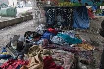 Quand ils n'ont pas la chance d'avoir une tente, les migrants dorment avec le pont comme seul toit, sur des amoncellements de couvertures. (Crédit photo : Gaspard Flamand)