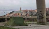 Le campement des migrants se trouve au coeur de la ville, à seulement quelques mètres des habitations. (Crédit photo : Gaspard Flamand)