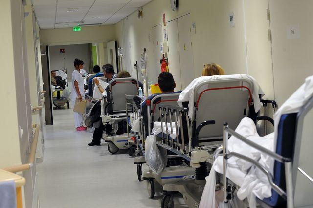 Lits hôpitaux dans couloirs